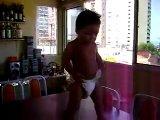 бразильский малыш танцует самбу)))))